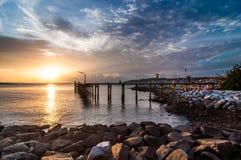 Pont en bois sur la mer de lever de soleil au parc national de Khao Laem Ya Photographie stock libre de droits