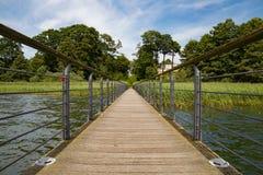 Pont en bois sur la perspective de disparaition de point de forêt Images stock