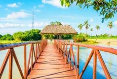 Pont en bois sur un beau lac, Vinales, Cuba images stock