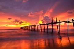 Pont en bois vers la mer Photos stock