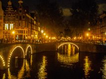 Pont en canal à Amsterdam par nuit Photo stock