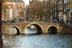 Pont en canal d'Amsterdam Image stock