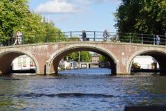 Pont en canal d'Amsterdam Photographie stock libre de droits
