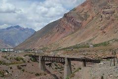 Pont en chemin de fer en montagnes d'Aconcagua, Chili Image stock