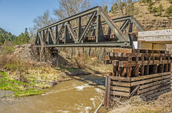 Pont en chevalet en acier au-dessus de fleuve Photos stock