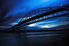 Pont en eau bleue, silhouette Images libres de droits
