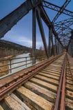 Pont en fer au-dessus du fleuve image libre de droits