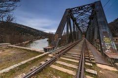 Pont en fer au-dessus du fleuve images libres de droits