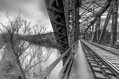 Pont en fer au-dessus du fleuve image stock