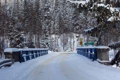 pont en frontière de Slovaque-poli sur Lysa Polana dans la forêt neigeuse dans les hautes montagnes de Tatras Photographie stock libre de droits