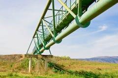 Pont en métal à travers une vallée (de dessous) Photos libres de droits