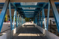 Pont en métal avec les fenêtres en bois de plancher et de plafond photographie stock libre de droits