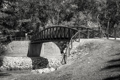 Pont en métal d'un Greenway au-dessus de la rivière Photo libre de droits