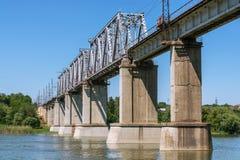 Pont en métal pour le transport ferroviaire Photo libre de droits