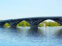 Pont en métro à travers la rivière de Dnipro dans Kyiv Images libres de droits