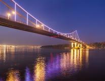 Pont en métro de Kyiv la nuit Photographie stock libre de droits