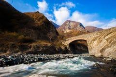 Pont en montagne au-dessus de la rivière dans Qakh, Azerbaïdjan fluide le déchirez Ciel bleu Photographie stock libre de droits