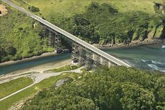 Pont en omnibus de rivage. photo stock