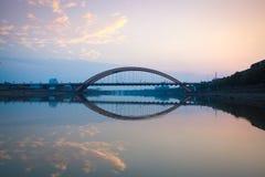 Pont en omnibus de voûte au coucher du soleil Photos stock