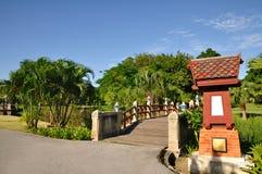 Pont en parc Photos libres de droits