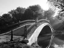 Pont en parc photographie stock