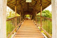 Pont en parc avec des arbres photos stock