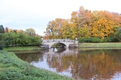 Pont en parc de pavlovsk à l'automne Image stock