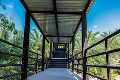 Pont en passage couvert de jardin aller au point de vue photographie stock