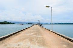 Pont en passage couvert vers la mer photo libre de droits