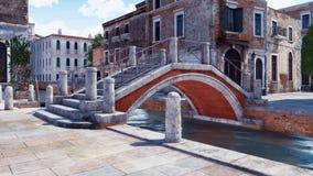 Pont en pierre antique au-dessus de canal à Venise, Italie illustration de vecteur