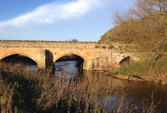 Pont en pierre antique chez Turvey, Royaume-Uni photo stock
