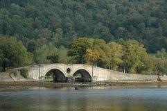 Pont en pierre au-dessus de rivière en Ecosse Images stock