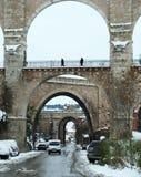 Pont en pierre avec la neige à Teruel Images stock