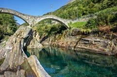 Pont en pierre avec la rivière verte propre claire de l'eau photo stock
