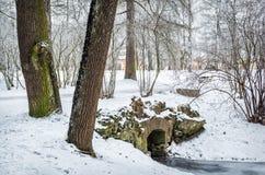 pont en pierre couvert de neige images libres de droits