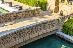 Pont en pierre décoratif photos stock