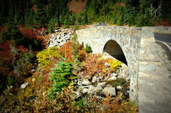 Pont en pierre dans des couleurs de chute, Mt Rainier National Park Photos libres de droits