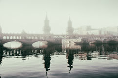 Pont en pierre dans le brouillard de matin Photographie stock libre de droits