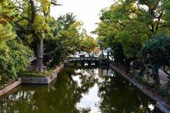 Pont en pierre dans le tombeau de Sumiyoshi Taisha, Osaka Photos stock