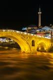 Pont en pierre de Prizren par nuit, Kosovo image stock