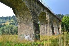 Pont en pierre de voûte de chemin de fer Photos stock