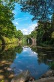 Pont en pierre en parc de kromlauer image stock