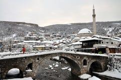 Pont en pierre et vieille partie de Prizren sous la forteresse, couverts de neige image libre de droits