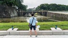 Pont en pierre impérial de regard de touristes de palais et de Seimon Ishibashi de Tokyo de voie de base, Japon images stock