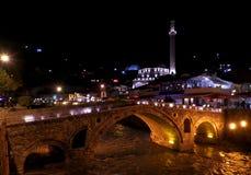 Pont en pierre lumineux dans la vieille ville de Prizren, Kosovo photos libres de droits