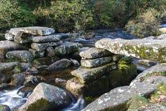 Pont en pierre médiéval en clapet, Dartmoor Angleterre Photos libres de droits