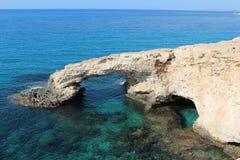 Pont en pierre naturel d'amour en Chypre Ayia Napa Photographie stock libre de droits