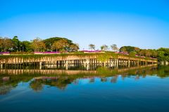 Pont en pierre en parc avec le lac sur le ciel bleu Photo stock