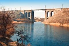 Pont en pierre très vieux au-dessus de la rivière Photographie stock libre de droits
