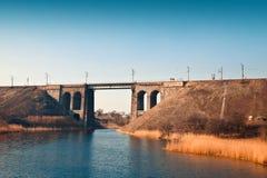 Pont en pierre très vieux au-dessus de la rivière images stock